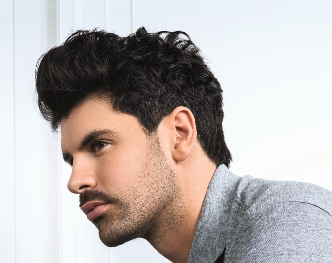 un modèle masculin de coiffure.